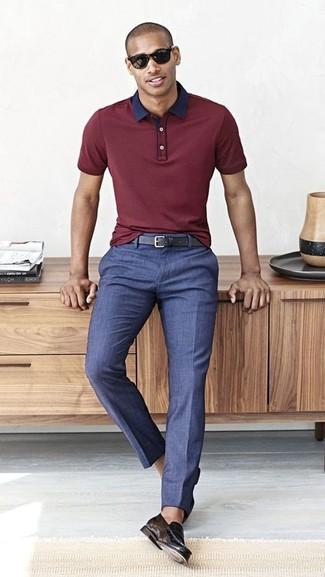 Cómo combinar: correa de cuero negra, mocasín de cuero negro, pantalón de vestir azul, camisa polo burdeos