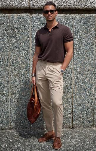 Cómo combinar: bolsa tote de cuero en tabaco, mocasín de cuero tejido marrón, pantalón de vestir en beige, camisa polo en marrón oscuro