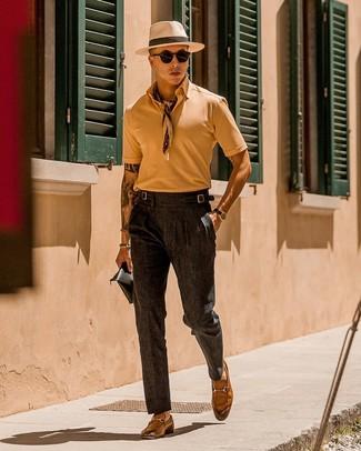 Combinar un pantalón de vestir en gris oscuro: Usa una camisa polo marrón claro y un pantalón de vestir en gris oscuro para crear un estilo informal elegante. ¿Te sientes valiente? Elige un par de mocasín de cuero marrón claro.