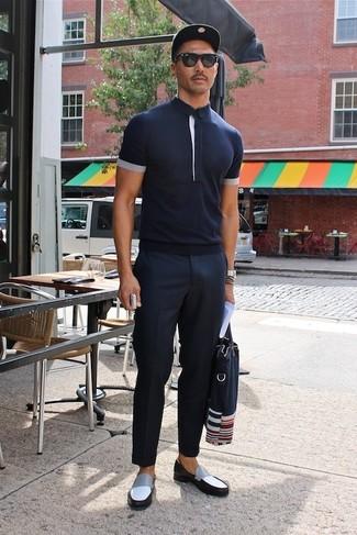 Cómo combinar: bolsa tote de lona azul marino, mocasín de cuero en negro y blanco, pantalón de vestir azul marino, camisa polo azul marino