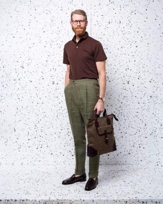Combinar un mocasín de cuero burdeos: Si buscas un look en tendencia pero clásico, opta por una camisa polo burdeos y un pantalón de vestir de lino verde oliva. ¿Te sientes valiente? Elige un par de mocasín de cuero burdeos.