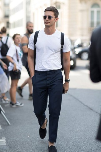 Cómo combinar: mochila de lona negra, mocasín de ante negro, pantalón de vestir negro, camiseta con cuello circular blanca