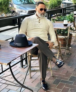 Combinar un mocasín de cuero negro: Equípate un jersey de cuello alto de botones en beige con un pantalón de vestir en marrón oscuro para un perfil clásico y refinado. Para el calzado ve por el camino informal con mocasín de cuero negro.