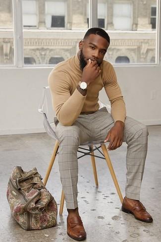 Cómo combinar: bolsa de viaje de lona en beige, mocasín de cuero marrón, pantalón de vestir a cuadros en beige, jersey de cuello alto marrón claro