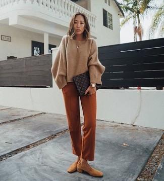 Cómo combinar: cartera sobre de cuero estampada en marrón oscuro, mocasín de ante marrón claro, pantalón de vestir en tabaco, jersey oversized marrón