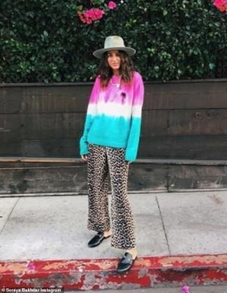 Cómo combinar: sombrero de lana gris, mocasín de cuero negros, pantalones anchos de leopardo marrónes, jersey con cuello circular efecto teñido anudado en multicolor
