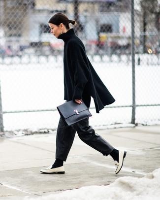 Cómo combinar: cartera sobre de cuero negra, mocasín de cuero blancos, pantalones anchos de cuero negros, jersey oversized de punto negro