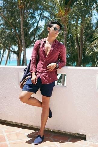 Cómo combinar: bolsa tote de lona azul marino, mocasín de lona azul marino, pantalones cortos azul marino, camisa de manga larga a lunares roja