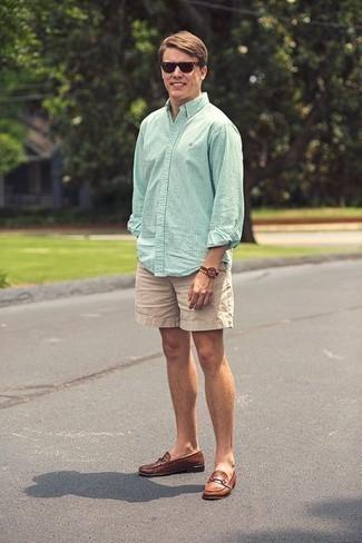 Combinar unos pantalones cortos en beige: Elige una camisa de manga larga a cuadros en verde menta y unos pantalones cortos en beige para cualquier sorpresa que haya en el día. Completa tu atuendo con mocasín de cuero marrón para mostrar tu inteligencia sartorial.