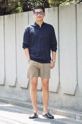 Combinar unos pantalones cortos en beige: Utiliza una camisa de manga larga azul marino y unos pantalones cortos en beige para un look diario sin parecer demasiado arreglada. Usa un par de mocasín de cuero negro para mostrar tu inteligencia sartorial.