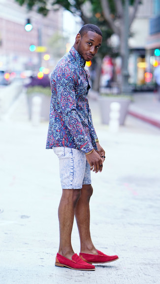 Cómo combinar: reloj dorado, mocasín de ante rosa, pantalones cortos vaqueros celestes, camisa de vestir con print de flores azul