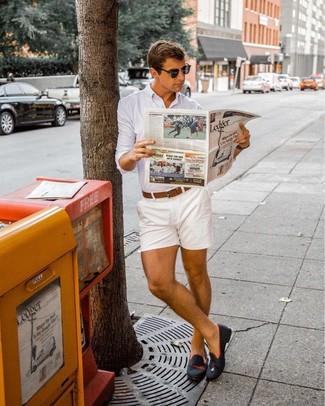 Cómo combinar: correa de cuero marrón, mocasín de ante negro, pantalones cortos blancos, camisa de vestir blanca