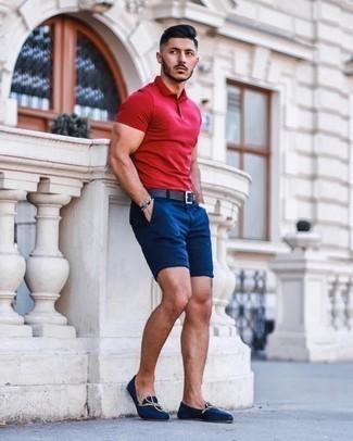 Combinar unos pantalones cortos azul marino: Ponte una camisa polo roja y unos pantalones cortos azul marino para conseguir una apariencia relajada pero elegante. Luce este conjunto con mocasín de lona azul marino.