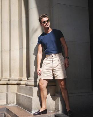 Cómo combinar: gafas de sol verde oliva, mocasín de cuero en marrón oscuro, pantalones cortos en beige, camiseta con cuello circular azul marino