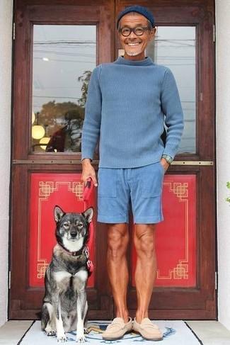 Combinar un mocasín de ante en beige: Elige un jersey de cuello alto azul y unos pantalones cortos azules para una apariencia fácil de vestir para todos los días. Opta por un par de mocasín de ante en beige para mostrar tu inteligencia sartorial.