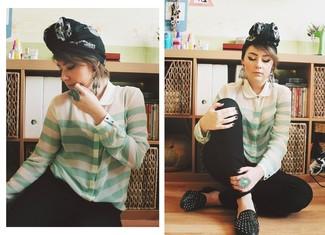 Cómo combinar: bufanda estampada en negro y blanco, mocasín de cuero con tachuelas negros, pantalones pitillo negros, blusa de botones de rayas horizontales en verde menta