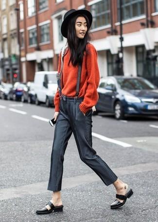 Cómo combinar: sombrero de lana negro, mocasín de cuero negros, pantalones pitillo en gris oscuro, jersey con cuello circular rojo