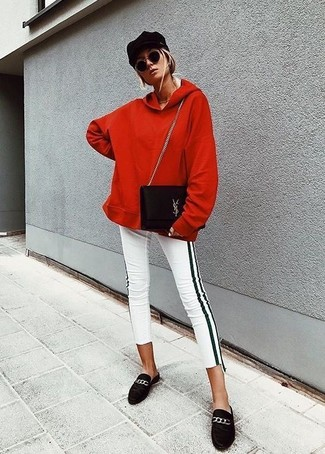 Cómo combinar: bolso bandolera de ante negro, mocasín de ante negros, pantalones pitillo de rayas verticales en blanco y negro, sudadera con capucha roja