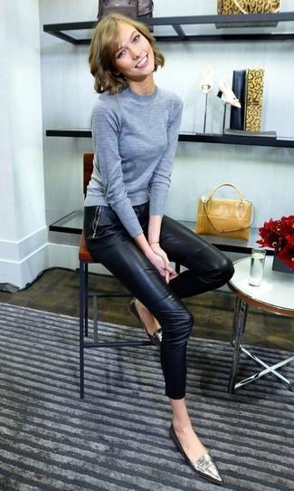 Cómo combinar: cartera de cuero mostaza, mocasín de cuero plateados, pantalones pitillo de cuero negros, jersey con cuello circular gris