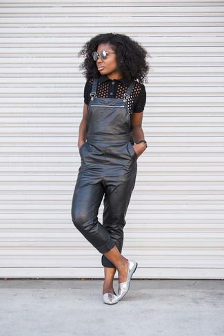 Cómo combinar: gafas de sol grises, mocasín de cuero plateados, peto de cuero negro, camisa polo negra