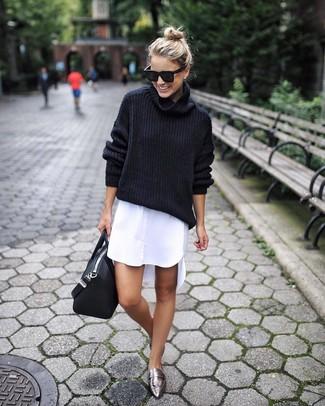 Cómo combinar: bolsa tote de cuero negra, mocasín de cuero plateados, vestido camisa blanca, jersey de cuello alto de lana negro