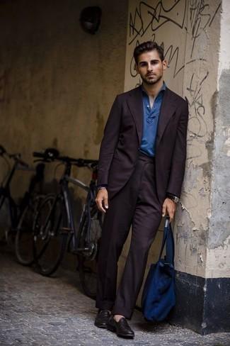 Outfits hombres en clima cálido: Elige un traje morado oscuro y un polo de manga larga azul para rebosar clase y sofisticación. ¿Quieres elegir un zapato informal? Completa tu atuendo con mocasín de cuero morado oscuro para el día.
