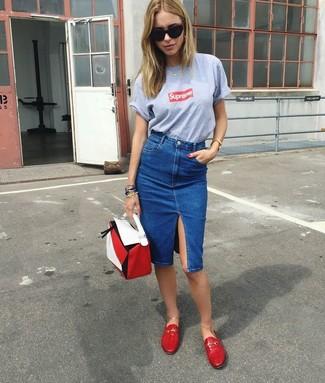 Cómo combinar: cartera de cuero en blanco y rojo, mocasín de cuero rojos, falda lápiz vaquera azul, camiseta con cuello circular estampada gris