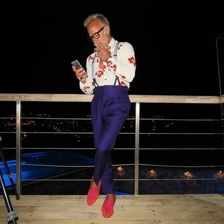 Cómo combinar: tirantes grises, mocasín de ante rosa, pantalón de vestir azul marino, camisa de vestir estampada blanca