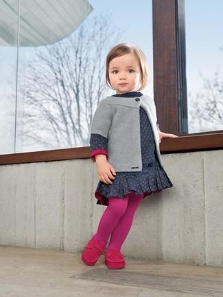 Cómo combinar: medias rosa, mocasín rosa, vestido a lunares azul marino, cárdigan gris