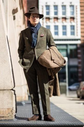Combinar unos calcetines azul marino: Un abrigo largo marrón y unos calcetines azul marino son una opción excelente para el fin de semana. Mocasín de ante marrón dan un toque chic al instante incluso al look más informal.