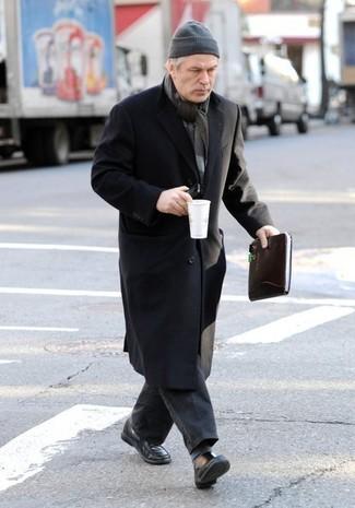 Cómo combinar: gorro gris, mocasín de cuero negro, vaqueros en gris oscuro, abrigo largo negro