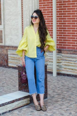 Cómo combinar: cartera de cuero morado oscuro, mocasín de cuero con print de serpiente marrónes, vaqueros azules, blusa de botones de rayas verticales amarilla