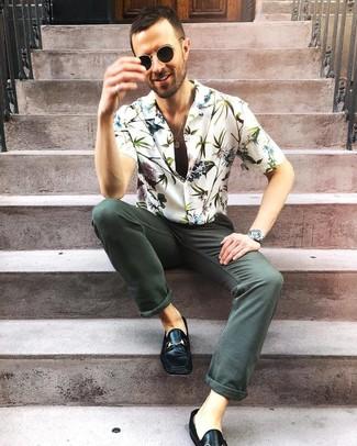 Cómo combinar: gafas de sol negras, mocasín de cuero negro, vaqueros verde oscuro, camisa de manga corta con print de flores blanca