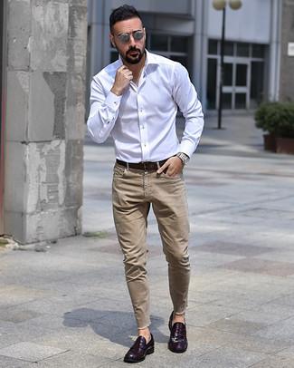 Cómo combinar: correa de cuero en marrón oscuro, mocasín de cuero morado oscuro, vaqueros marrón claro, camisa de manga larga blanca