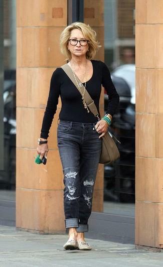 Cómo combinar: bolso bandolera de cuero verde oliva, mocasín de cuero en beige, vaqueros desgastados en gris oscuro, camiseta de manga larga negra