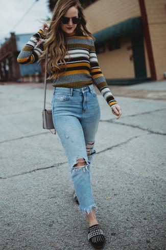 Outfits mujeres: Empareja un jersey con cuello circular de rayas horizontales en multicolor con unos vaqueros desgastados celestes transmitirán una vibra libre y relajada. ¿Te sientes valiente? Haz mocasín de ante con adornos negros tu calzado.