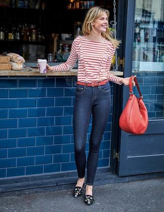 Cómo combinar: bolsa tote de cuero roja, mocasín de ante bordados negros, vaqueros pitillo azul marino, camiseta de manga larga de rayas horizontales en blanco y rojo