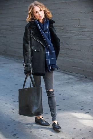 Cómo combinar: bolsa tote de cuero con print de serpiente negra, mocasín de cuero negros, vaqueros pitillo desgastados en gris oscuro, chaqueta de piel de oveja negra
