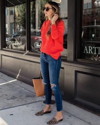 Cómo combinar: bolsa tote de cuero marrón claro, mocasín de pelo de becerro de leopardo marrón claro, vaqueros pitillo desgastados azul marino, jersey con cuello circular rojo