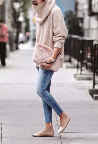 Cómo combinar: cartera sobre de pelo rosada, mocasín de cuero marrón claro, vaqueros pitillo celestes, jersey oversized en beige
