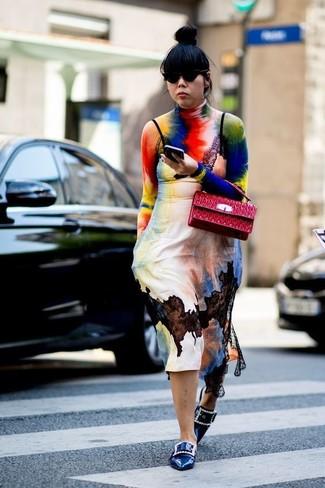 Cómo combinar: bolso de hombre de cuero acolchado rojo, mocasín de cuero con adornos azules, vestido camisola efecto teñido anudado en multicolor, jersey de cuello alto efecto teñido anudado en multicolor
