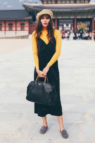 Combinar una boina marrón claro: Casa un jersey de cuello alto amarillo con una boina marrón claro transmitirán una vibra libre y relajada. Haz mocasín de ante grises tu calzado para mostrar tu lado fashionista.