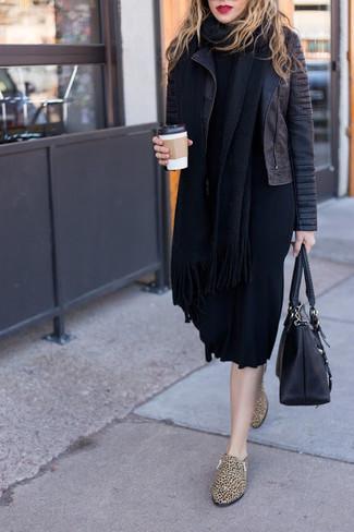 Cómo combinar: bolsa tote de cuero negra, mocasín de cuero de leopardo marrón claro, vestido jersey negro, chaqueta motera de cuero acolchada negra