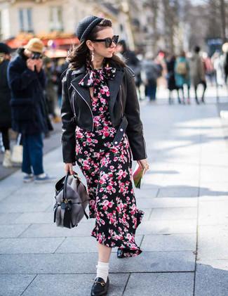 Cómo combinar: bolsa tote de pelo gris, mocasín de cuero negros, vestido midi con print de flores negro, chaqueta motera de cuero negra