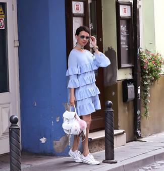 Cómo combinar: reloj de cuero en beige, mochila de cuero blanca, tenis blancos, vestido recto con volante celeste