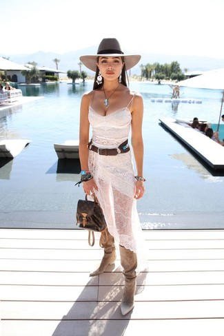 Cómo combinar: sombrero de lana gris, mochila de cuero en marrón oscuro, botas de caña alta de ante en beige, vestido camisola de encaje blanco