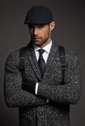 Cómo combinar: gorra inglesa negra, mochila de cuero negra, camisa de vestir blanca, cárdigan con cuello chal en gris oscuro