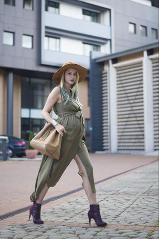 Combinar una vestido camisa verde oliva: Opta por una vestido camisa verde oliva para cualquier sorpresa que haya en el día. Botines de cuero morado oscuro son una opción inigualable para complementar tu atuendo.