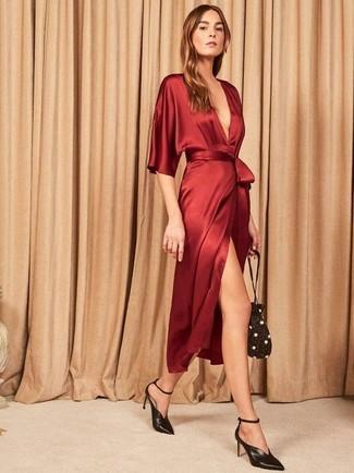 Cómo combinar: mochila con cordón con adornos negra, zapatos de tacón de cuero negros, vestido cruzado de seda rojo
