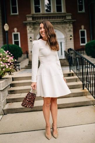 Cómo combinar: mochila con cordón de ante de leopardo marrón, zapatos de tacón de ante marrón claro, vestido de vuelo en beige